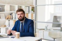 Homme d'affaires moderne Thinking au bureau dans le bureau images stock