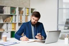 Homme d'affaires moderne travaillant dans le bureau image libre de droits