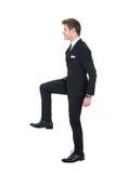 Homme d'affaires montant des étapes imaginaires Image stock