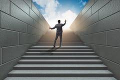 Homme d'affaires montant l'échelle exaltante de carrière dans les affaires Co Photo stock