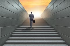 Homme d'affaires montant l'échelle exaltante de carrière dans les affaires Co Images stock