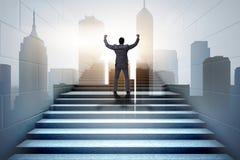 Homme d'affaires montant l'échelle exaltante de carrière dans les affaires Co Photo libre de droits