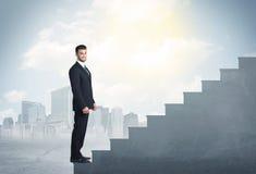 Homme d'affaires montant un concept concret d'escalier Photo stock