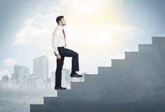 Homme d'affaires montant un concept concret d'escalier Photos stock