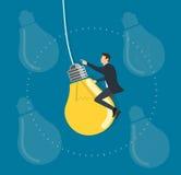 Homme d'affaires montant un vol d'ampoule dans le ciel, concepts créatifs Photographie stock