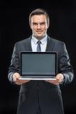 Homme d'affaires montrant l'ordinateur portable Images libres de droits