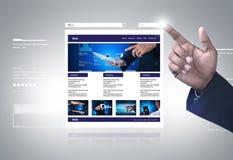 Homme d'affaires montrant la page Web image stock