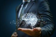 Homme d'affaires montrant le cerveau comme partie images libres de droits