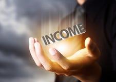 Homme d'affaires montrant le concept de revenu des textes Photographie stock