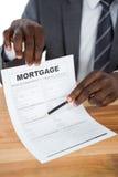 Homme d'affaires montrant le document d'hypothèque images stock