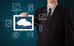 Homme d'affaires montrant le nuage tiré par la main calculant Photographie stock libre de droits