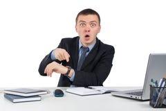 Homme d'affaires montrant le temps sur sa montre-bracelet Images libres de droits