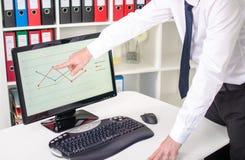 Homme d'affaires montrant un graphique sur l'écran Images libres de droits