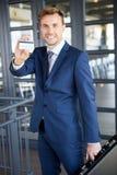 Homme d'affaires montrant une carte de crédit Images stock