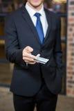 Homme d'affaires montrant une carte de crédit Image libre de droits