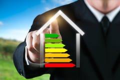 Homme d'affaires montrant une maison énergique Énergie d'économie et concept d'environnement photo libre de droits