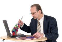 Homme d'affaires nettoyant l'ordinateur portatif Photo libre de droits