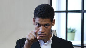 Homme d'affaires noir Pointing à l'appareil-photo, portrait Photo libre de droits