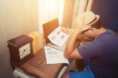Homme d'affaires observant au regard de diagramme d'analyse si sérieux photographie stock libre de droits