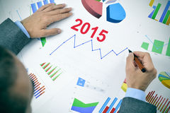 Homme d'affaires observant un diagramme avec une tendance à la hausse pendant 2015 Image libre de droits