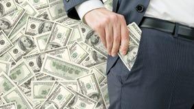 Homme d'affaires obtenant l'argent Image stock