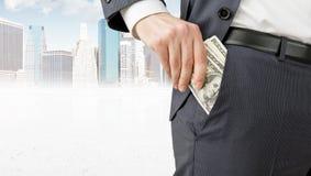 Homme d'affaires obtenant l'argent Photographie stock libre de droits