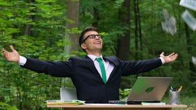 Homme d'affaires obtenant le revenu, démarrage réussi, technologie d'économie de puissance, lent-MOIS banque de vidéos
