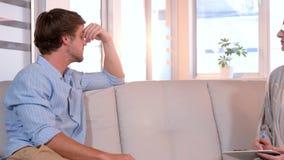 Homme d'affaires occasionnel parlant avec le psychologue banque de vidéos