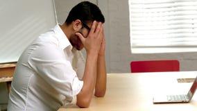 Homme d'affaires occasionnel sentant la pression dans le bureau banque de vidéos