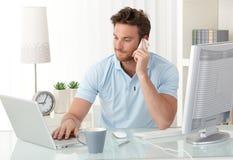 Homme d'affaires occasionnel travaillant dans le bureau