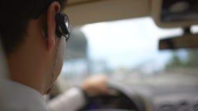 Homme d'affaires occupé conduisant au travail au-dessus du pont, le trafic urbain, transport banque de vidéos
