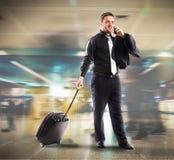 Homme d'affaires occupé dans l'aéroport Images stock