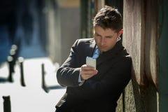Homme d'affaires occupé dans le costume et lien utilisant le téléphone portable envoyant le message ou consultant l'Internet photos libres de droits