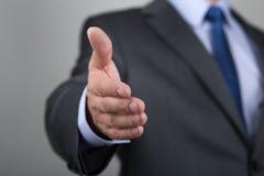Homme d'affaires offrant sa main pour la prise de contact Photos libres de droits