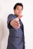 Homme d'affaires offrant une poignée de main images libres de droits