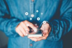 Homme d'affaires d'opérations bancaires en ligne de Cryptocurrency de Balance employant des achats de smartphone, le concept en l images stock