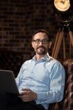 Homme d'affaires optimiste positif prenant le plaisir dans son travail Photographie stock libre de droits