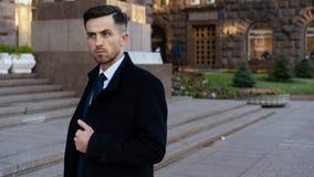 Homme d'affaires ou mode urbaine de CEO Vie moderne et affaires agiles Affaires et succès Homme dans formel sur la rue près du photo libre de droits