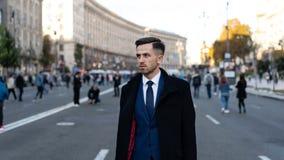 Homme d'affaires ou mode urbaine de CEO Vie moderne et affaires agiles Affaires et succès Homme dans l'équipement formel dehors images libres de droits