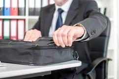 Homme d'affaires ouvrant sa valise d'ordinateur portable Photo libre de droits