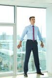 Homme d'affaires par l'hublot Images stock