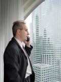 Homme d'affaires par l'hublot Photo stock