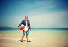 Homme d'affaires par la plage obtenant à partir de elle toute Images libres de droits