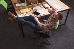 Homme d'affaires parlant au-dessus du téléphone portable Image libre de droits