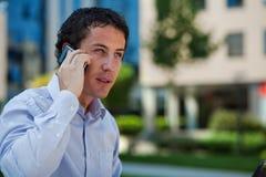 Homme d'affaires parlant au téléphone extérieur Photo stock