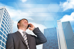 Homme d'affaires parlant au téléphone Gratte-ciel et Photographie stock libre de droits