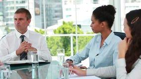 Homme d'affaires parlant avec des employés lors d'une réunion clips vidéos
