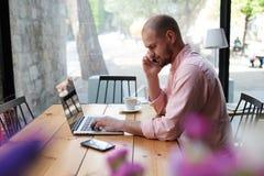 Homme d'affaires parlant du téléphone au bureau Image libre de droits