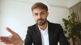 Homme d'affaires parlant par l'appel visuel utilisant la demande de négociations en ligne banque de vidéos