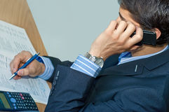 Homme d'affaires parlant par le téléphone portable Images libres de droits